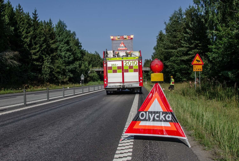 Räddningstjänsten spärrar av vägen vid olycka, Swedish Firefighters, www.firefighters.se