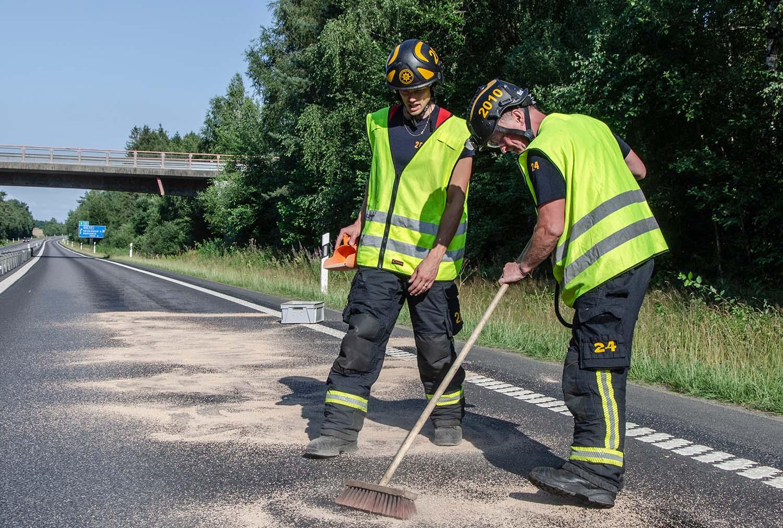 Fotografens återkomst. Uppsugning av miljöfarlig vätska, räddningstjänsten, www.firefighters.se